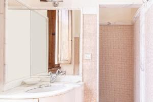 Volognano • First floor bathroom