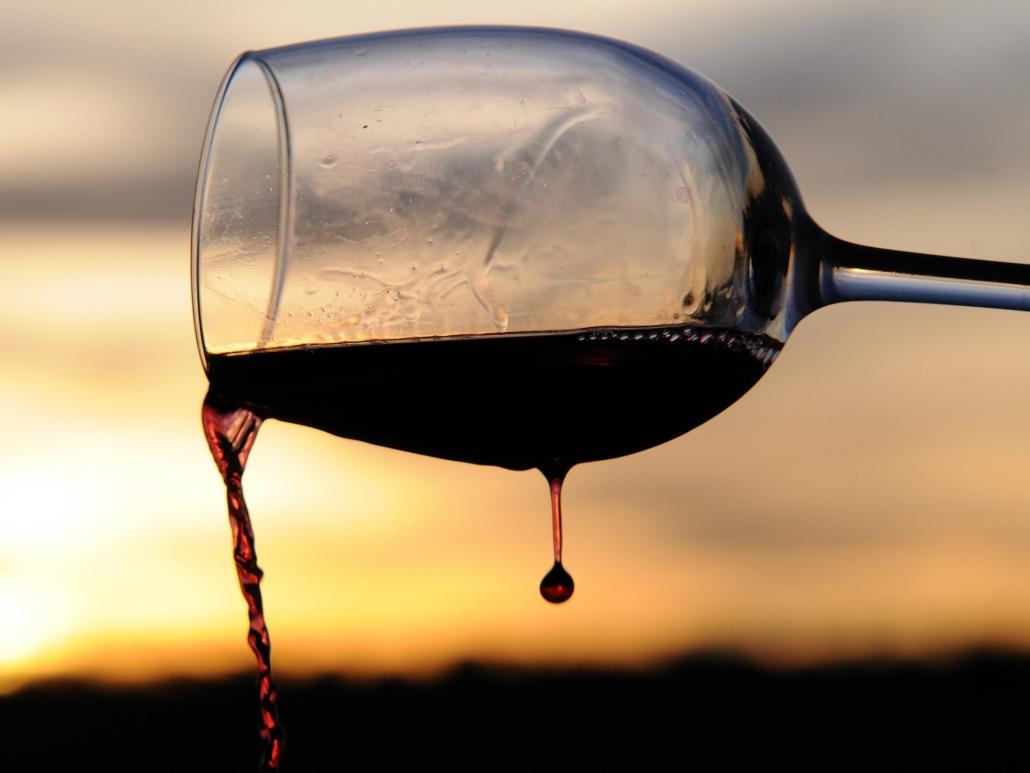 Bicchiere di vino al tramonto